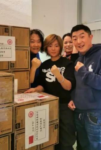 日内瓦华文教育基金会打包医疗物资(图片来源:中国华文教育基金会)