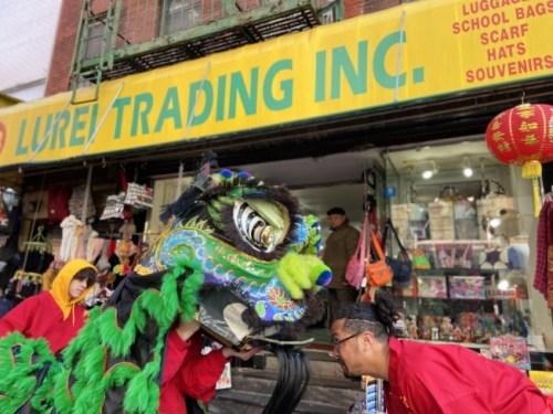 十余支醒狮队在纽约曼哈顿华埠热闹登场,小商家纷纷开门迎接给红包。(美国《世界日报》/郑怡嫣 摄)