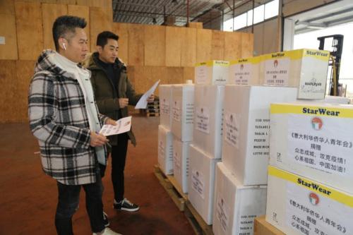 图为意大利华侨华人青年会清点防疫物资。(《欧洲时报》记者 张锐 /摄)