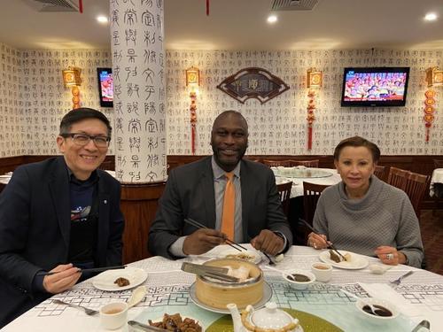 陈作舟(左起)、毕夏朴、维乐贵丝在华埠餐厅用餐,为华社加油打气。(美国《世界日报》/郑怡嫣摄)