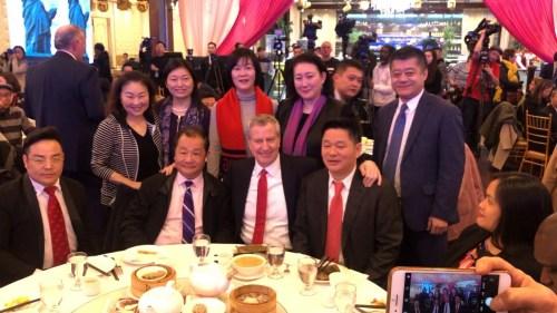 2月13日,纽约市长白思豪前往法拉盛君豪就餐。美国中文网凯飒摄