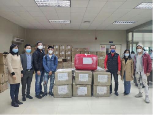陈文添代表总会向五邑地区医院捐赠抗疫物资。