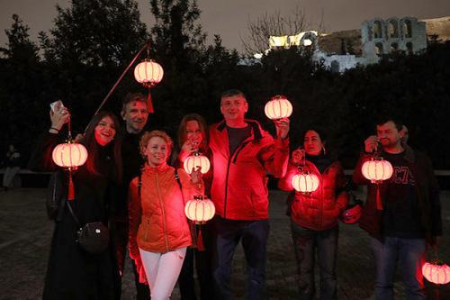 当地时间2月14日晚,旅希华侨华人及希腊各界友好人士聚集于雅典卫城脚下,共同为中国人民抗击新型冠状病毒疫情祈福。(希腊《中希时报》)