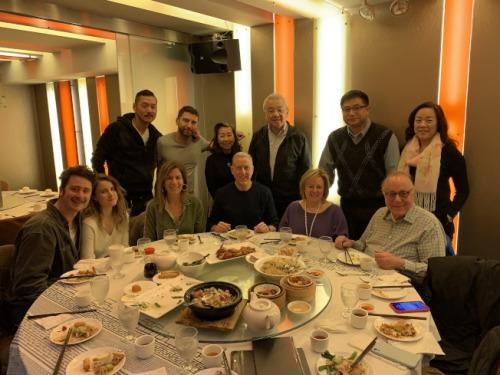 纽约犹太裔社区组织16日来到曼哈顿华埠酒楼吃午餐,表达对华人社区和商家的支持,呼吁民众不要因恐慌而歧视华裔。(美国《世界日报》记者和钊宇/摄影)