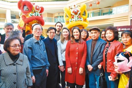 加州奥克兰市长薛丽比(前右四)到访富兴中心与华埠民众交谈。(美国《世界日报》记者黄少华/摄)