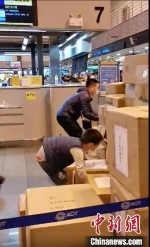 """一位9岁的孩子当起""""搬运工""""。(国网江苏电力供图)"""