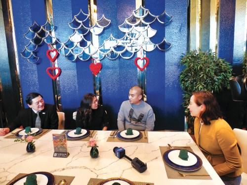 伍凤仪(左二)15日下午到访万锦市华人餐馆,与餐馆东主郭先生(右二)交谈。 加拿大《星岛日报》记者摄