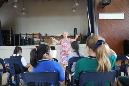 Leonie Lawson正在指导女孩儿们练习。(新西兰天维网 Frank摄)