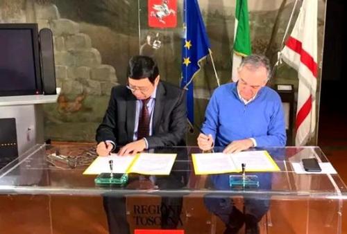王文刚总领事和托斯卡纳大区主席罗西在协议上签字。