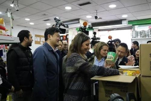 2月9日,索尔多和中国驻西班牙大使馆一时代办姚飞、领事参赞朱健在旅西华侨华人代外的追随下,查望乌塞拉区华人超市为阻隔人员准备的食品等物资。(《欧洲时报》/刘玉婷 摄)