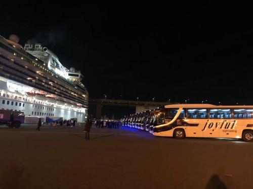 旅日侨胞协助驻日大使馆送邮轮乘客回家。(来源:《日本新华侨报》)