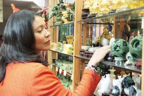 布里德现身华埠礼品店消费,呼吁大家支持华埠经济。(美国《世界日报》记者李晗/摄)
