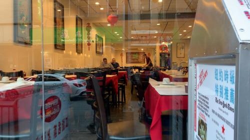 2月19日,华埠餐馆内屈指可数的食客。美国中文网王依依摄