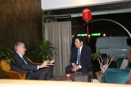 舒建国(右)与西尔维奥·布鲁塞弗罗就中餐在疫情中受到的影响进行交流。(《欧洲时报》/张锐 摄)