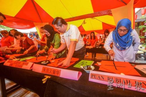 各校代表老师皆在现场挥毫,许多巫裔老师也学习挥春。(图片来源:马来西亚《星洲日报》)