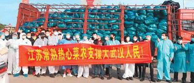 支援武汉的江苏常熟菜农及其他人员在运输货车前合影。(东敏佳供图)
