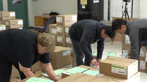 休斯敦中国人活动中心的志愿者义务打包、搬运。美国中文网杨笑摄