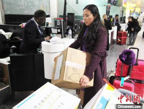 2月14日晚,旅居英国华人护士何彩霞辞去工作岗位,搭乘航班回国,奔赴中国抗击新冠肺炎疫情一线。 张平 摄