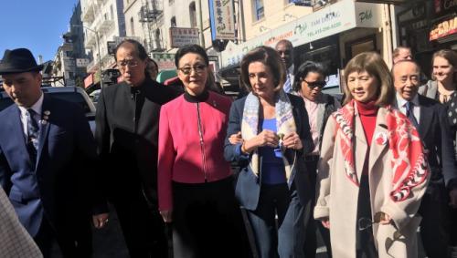 多名华人小区领袖陪伴美国联邦众议长波洛西(右三)走访华埠。(美国《世界日报》/李秀兰 摄)