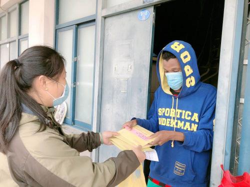 学校向留校学生发放口罩