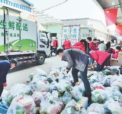 图为疫情期间,安徽省中瑞农副产品有限责任公司员工为市民提供农产品送货上门服务。(谭秀荣供图)