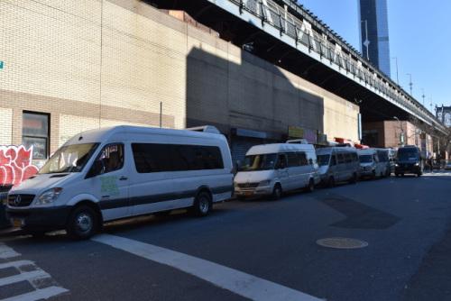 多名小巴司機表示,自紐約州宣布進入緊急狀態后,小巴乘客瞬間減少一半。(記者顏嘉瑩/攝影)