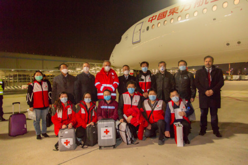 驻意大利大使李军华迎接中国红十字会志愿专家组。(中国驻意大利大使馆)