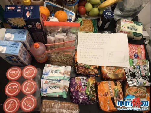 孙雯和室友们收到隔壁华侨邻居送来的食物和日用品。(受访者供图)