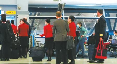 在纽约机场登机口,看到了许多中国人。
