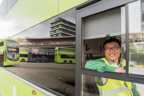 公交车司机吴万有希望马来西亚的行动限制令可在妈妈生日前解除,让他来得及回家为妈妈庆生。(特约张荣摄)