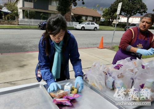 洛杉矶联合学区在路边为学生提供免费应急午餐