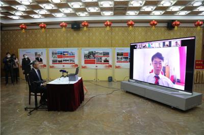 """中国驻英国使馆举行留英学子""""健康包""""发放仪式"""