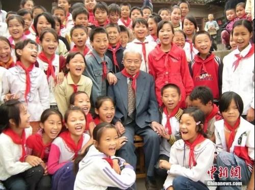 """2008年,88岁的美籍华人吴仲良来到四川省内江市东兴区椑东初中,了解这所自己所捐建的""""侨心学校""""的办学情况。<a target='_blank' rel="""