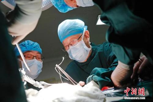 """资料图:2018年4月13日,在江苏省徐州市第一人民医院手术室,""""中国肝胆外科之父""""、中国科学院院士吴孟超亲自为患者进行手术。<a target='_blank' rel="""