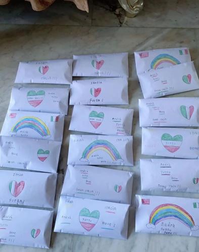 """每个信封内都承载着一份爱。(《欧洲时报》意大利版微信公众号""""意烩""""图)"""