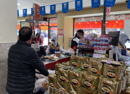 法拉盛超市的员工已穿上防护服、戴上防护眼镜与口罩,保护自身与顾客的健康。(美国《世界日报》/牟兰 摄)