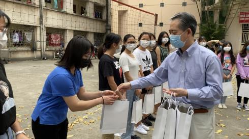驻越南大使看望在越中国留学生并
