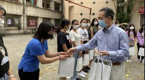 """驻越南大使看望在越中国留学生并发放""""健康包""""。 图片来源:中国驻越南大使馆网站"""