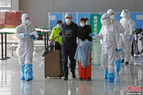 资料图:上海市各区驻虹桥机场工作人员在T2航站楼为入境人员进行信息核查。 殷立勤 摄