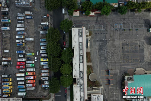 当地时间3月23日,食品卡车停在洛杉矶一所空学校旁边的停车场。