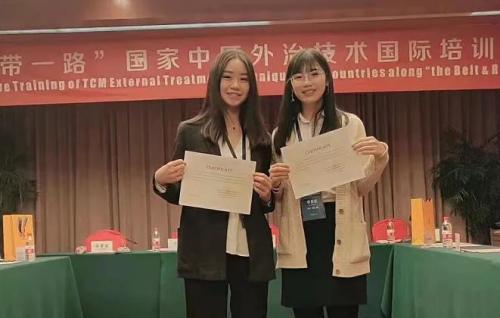 叶涵荃(左一)在浙江参加社会活动(图片来源:温州市委统战微信公众号)