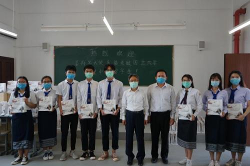驻老挝大使看望慰问中国留学生并