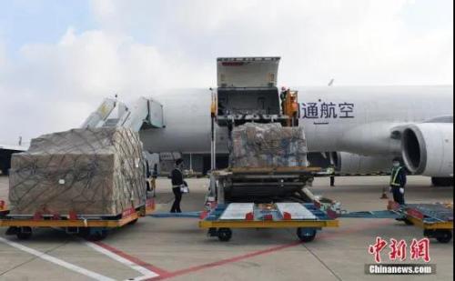 资料图:2月5日,工作人员将�快三软件下载华企捐赠的物资从飞机上卸下。中�新社记者 李晨韵 摄