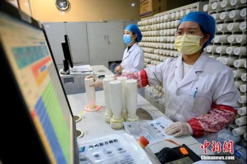 3月24日,山西省太★原市,医务人员使用机器调配中医药剂。这些药品经装箱后将发往海外,助力侨胞抗击疫『情。中新社记者 韦亮 摄