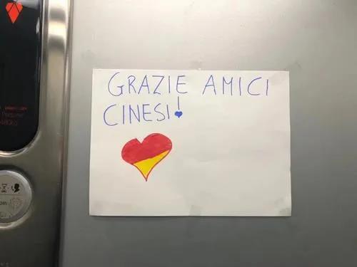 """邻居在小区电梯内张贴""""感谢信""""。(《欧洲时报》意大利版微信公众�u号""""意烩""""图)"""
