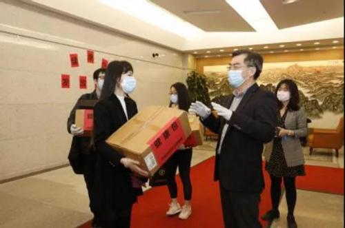 """中国驻纽约总领馆为中国留学生发放防疫""""健康包"""""""