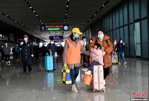 资料图:武汉恢复各火车站到达业务 首列外省终到武汉列车抵达 安源摄