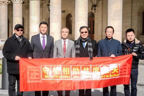 李晓驷大使、余锋参赞与旅奥侨胞代表。(图片来源:中国驻奥地利大使馆微信公众号)