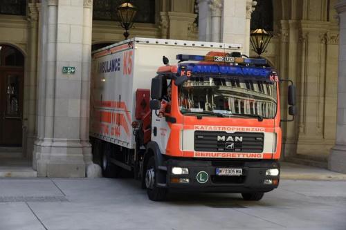 载有约4万只口罩的货车驶入维也纳市政厅。(图片来源:中国驻奥地利大使馆微信公众号)