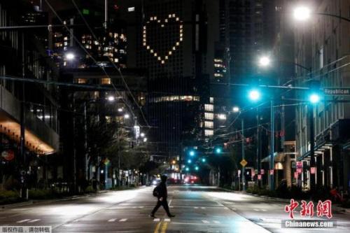 """华盛顿""""居家令""""将从当地时间4月1日凌晨起生效,至少持续到4月24日,期间民众除进行必要活动外,均不得出门。图为西雅图凯悦酒店把空置的房间灯形成了""""心形""""。"""